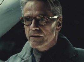 Джереми Айронс согласен с критиками насчет «Бэтмена против Супермена»