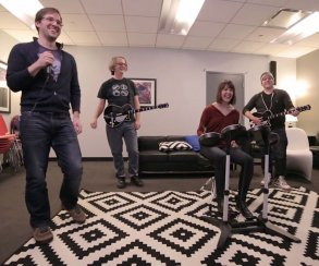 Авторы Rock Band 4 писали хвалебные отзывы о своей игре на Amazon