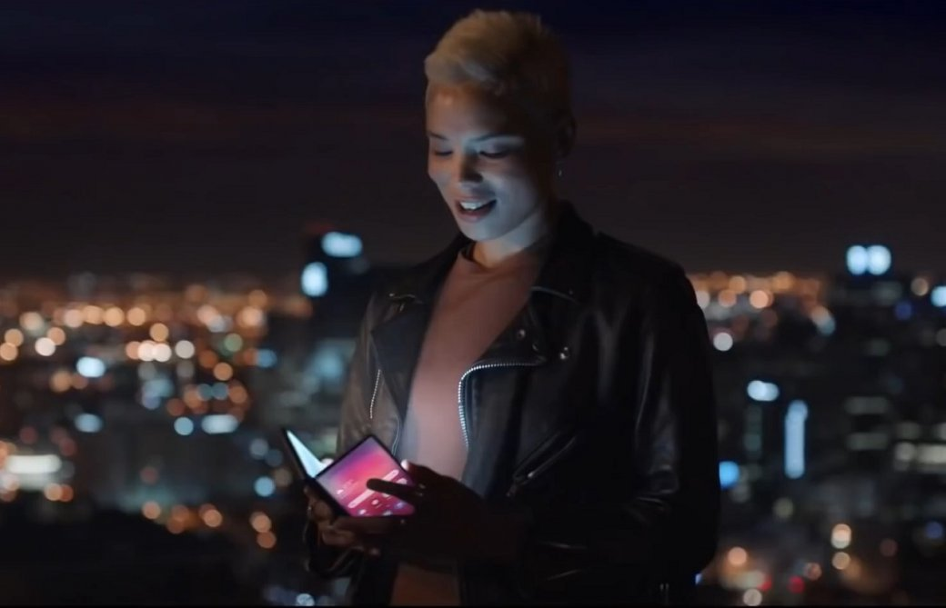 Складной смартфон, смарт-зеркало и безрамочный планшет в официальном рекламном ролике Samsung | Канобу - Изображение 1