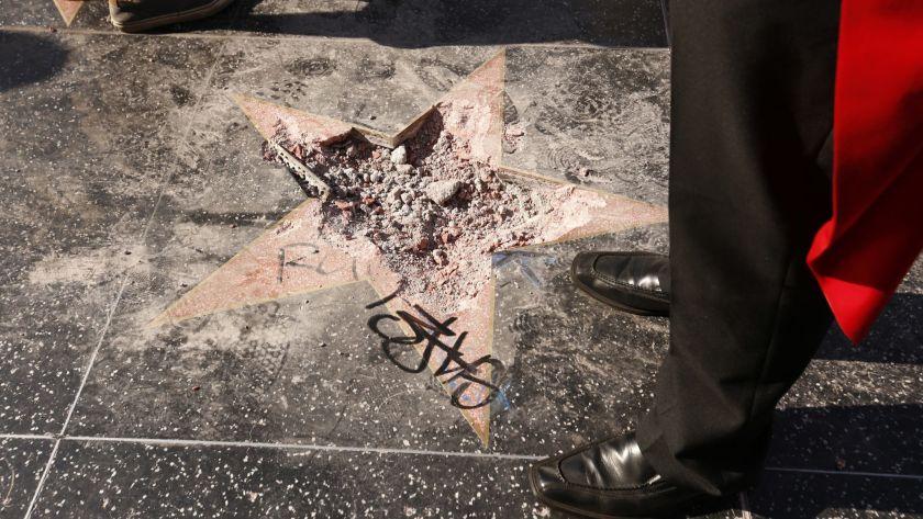 Халк крушить. Человек в костюме зеленого супергероя разбил звезду Трампа в Голливуде   Канобу - Изображение 2