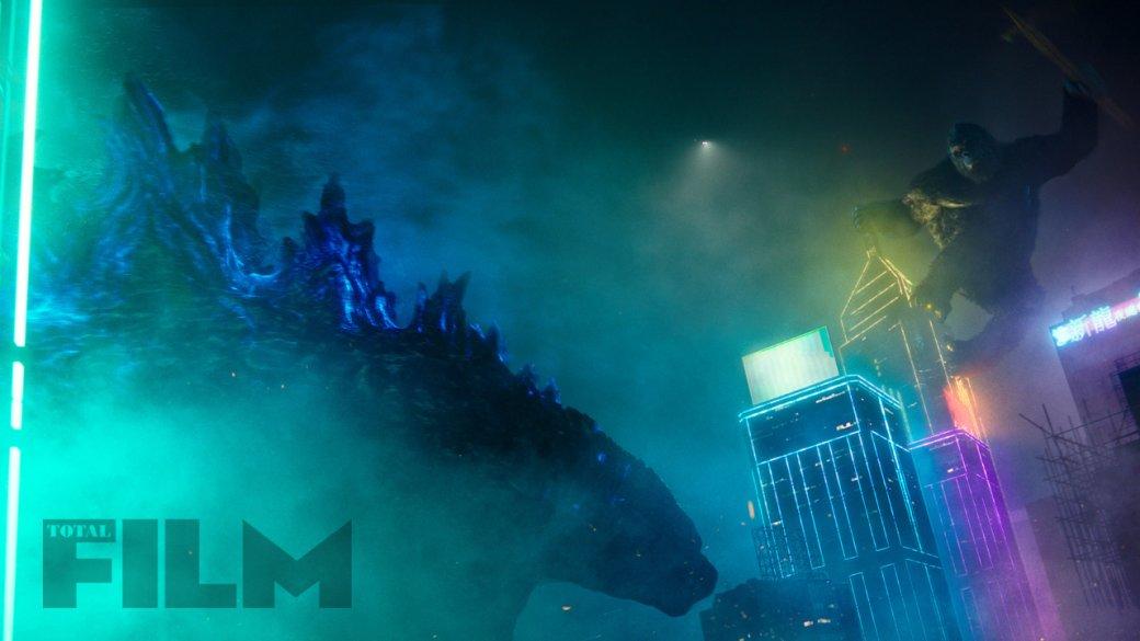 Конг залез нанеоновый небоскреб: появились новые кадры фильма «Годзилла против Конга»