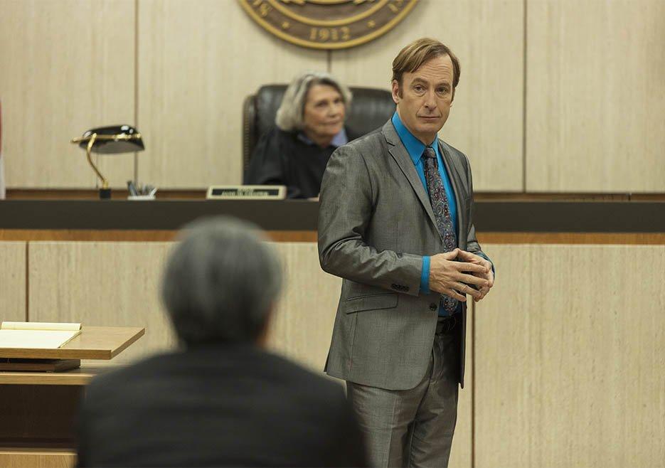 Напрошлой неделе завершился 5 сезон шоу Better Call Saul, известного унас как «Лучше звоните Солу». Бенефис Боба Оденкерка вроли скользкого адвоката Джимми Макгилла начался как спин-офф «Вовсе тяжкие», затем надолго превратился всамостоятельный юридический сериал про отношения Джимми сбратом. Нокпредпоследнему, пятому сезону все-таки вернулся кмодели «камео изBreaking Bad + криминальные приключения все глубже увязающего вистории скартелями юриста». И, вызнаете, это первый сезон сериала, который можно счистой совестью рекомендовать кпросмотру— отидо.