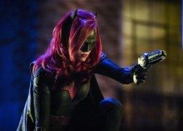 Почему новый кроссовер сериалов TheCWполучился провальным— несмотря наБэтвумен иРуби Роуз
